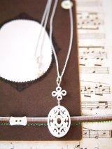 (silver925)手彫り白蝶貝のシノワ風ペンダントネックレス (45cm)