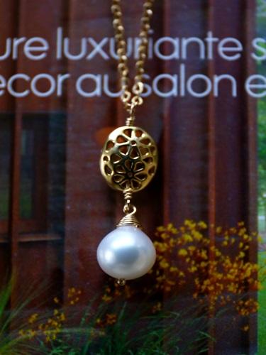 画像1: (14kgf)お花の透かしパーツが可愛い淡水パールのネックレス(41cm)