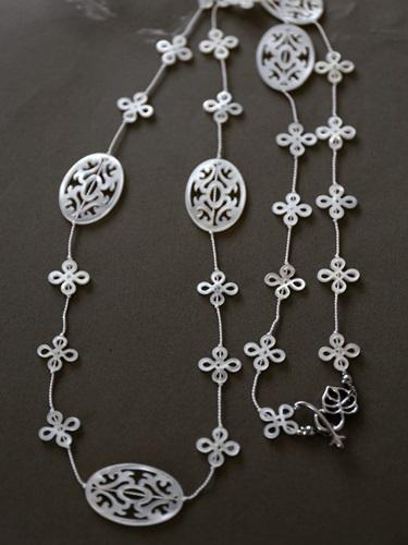 画像2: (シルク)透し彫り白蝶貝のエレガントなネックレス(88cm)