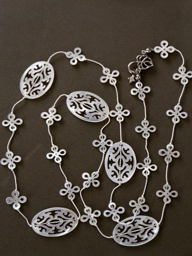 画像1: (シルク)透し彫り白蝶貝のエレガントなネックレス(88cm)